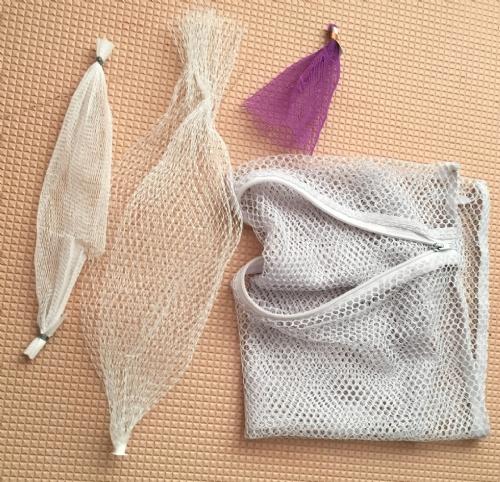 2 forskellige hvidløgsnet, plastiknettet fra legetøj og vaskemaskine-net-pose.