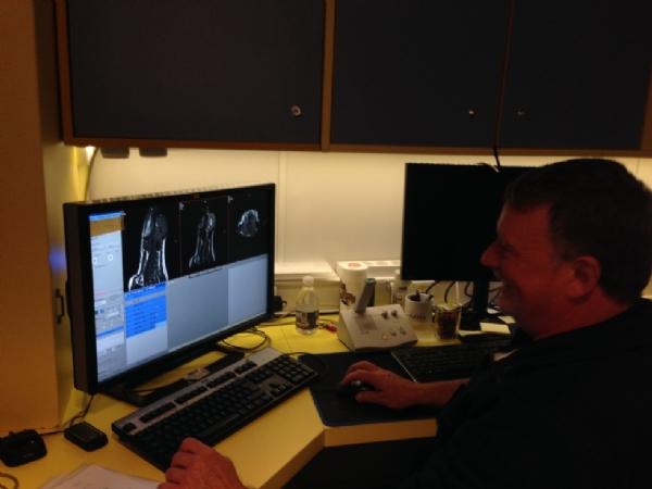 I kontrolrummet indstiller Jens billedsekvenserne. Cavalierklubbens MR-scanning 20/11-17